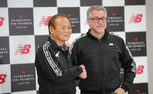 お待たせいたしました。左が最強シューフィッター、三村仁司さんです