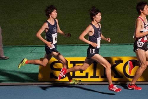 大学時代は双子の兄の設楽啓太選手(東洋大学→コニカミノルタ→日立物流)とともに、東洋大学を箱根駅伝優勝に導きました。右が兄、左が弟
