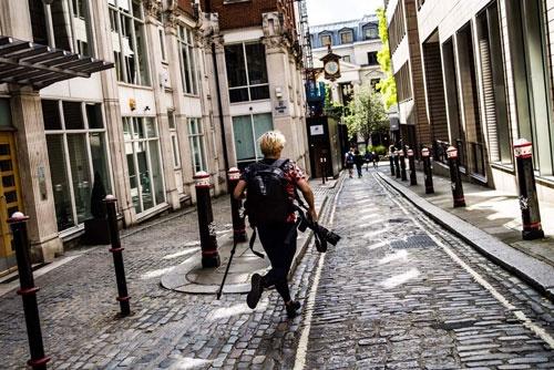 こちらはロンドン世界陸上の取材にて。マラソンコースの石畳を、カメラを持ってひた走っておりました