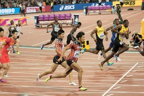 襷ならぬバトンを見事につないで銅メダルを獲得した男子400mリレー。歓喜の瞬間を体感できる現地取材、やめられません
