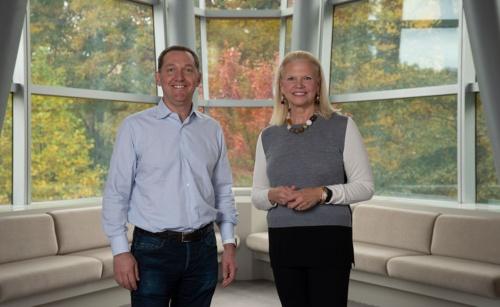 IBMのロメッティ会長兼社長兼CEO(右)とレッドハットのホワイトハースト社長兼CEO(写真は米IBMの発表資料)