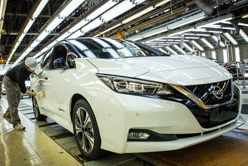 EV(電気自動車)「リーフ」などを生産する日産自動車の追浜工場の検査ライン(神奈川県横須賀市)