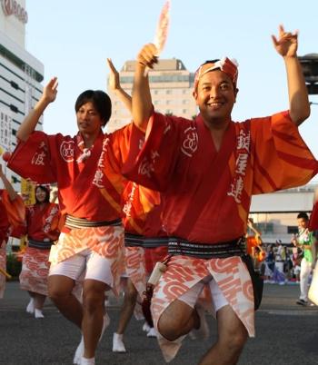 祭りに参加する吉田社長。移住者と地元住民の距離を一気に縮める