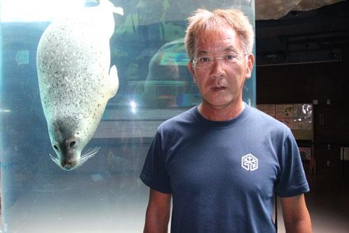 "<span class=""fontBold"">坂東元(ばんどう・げん)</span><br /> 旭山動物園園長。1961年北海道生まれ。酪農学園大学卒。獣医となり86年より旭山動物園に勤務。飼育展示係として行動展示を担当。動物が持つ生態や能力を引き出すよう工夫した行動展示は旭山動物園を一躍有名にした。2009年より現職。"
