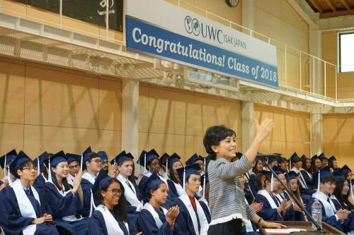 「挑戦が失敗したとしても、失敗が未来に役立つ知恵を教えてくれる」と、学校法人ユナイテッド・ワールド・カレッジISAKジャパン代表理事の小林りんは卒業生に語りかけた