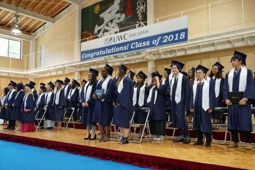 青いガウンの下に、自国の民族衣装を着ている卒業生もいる。協調と個性を考えた結果だ