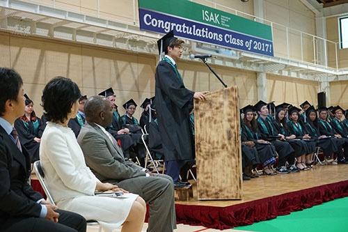 卒業生代表として挨拶するコウキ。中高一貫校だったにも関わらず、サマースクールに参加したISAKに魅力を感じ、入学を決めた