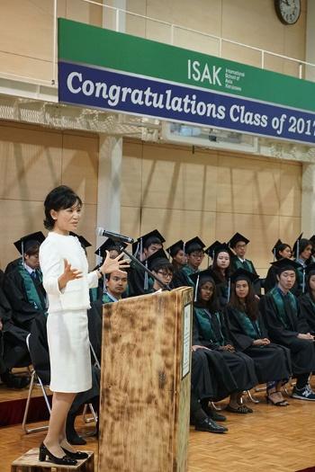 教員と生徒で造った演台に立ち、卒業生に祝辞を送る小林。「リハーサルから泣きそうだった・・・」と言い、感無量の思いでこの日を迎えた