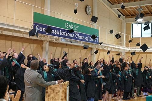 卒業式の最後に、帽子投げが行われた。海外の大学での恒例行事だが、生徒の希望で取り入れた
