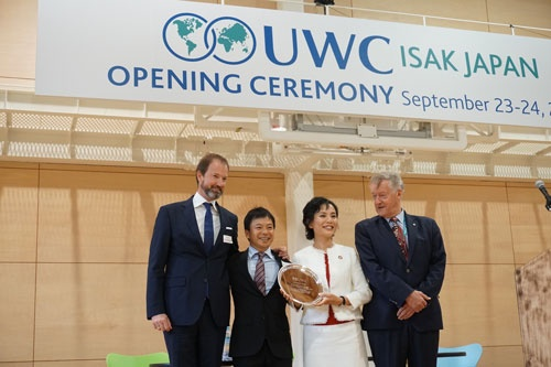 UWC加盟を喜ぶ、代表理事の小林(右から2人目)と発起人の谷家衛(左から2人目)