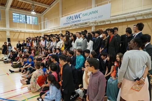 生徒は思い思いの衣装で、UWC加盟の式典に参加した