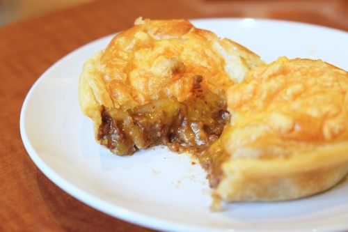 チーズの口当たりがなめらかなミンス&チーズパイ。パイの形は楕円形が最もトラディショナルだが、丸いものや四角いものもある