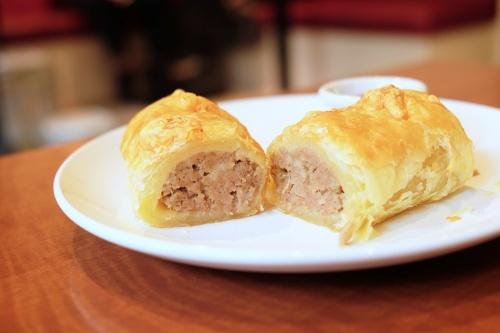 お肉ぎっしりのソーセージロールはハーブが絶妙で飽きのこない味