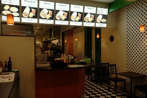 アドニス東京のメニューはラップサンドがメインだが、夜はいろいろな料理が楽しめるプレートもある