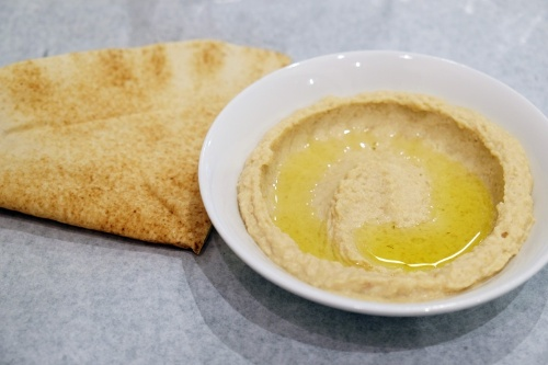 オリーブオイルがたっぷりかかったホモス。まろやかな中にレモンのさわやかな風味もしっかり。ホモスとはアラビア語でひよこ豆という意味だそうだ