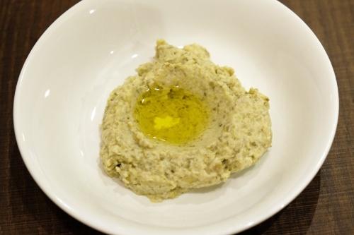 ホモスと並ぶ代表的なメゼのムタバル。皮をむいて焼いたナスを、タヒーニ、ニンニク、レモン、塩とペーストにしてオリーブオイルをかけたもの。ホモスよりさっぱりとしていて、焼きナスの風味が香ばしい
