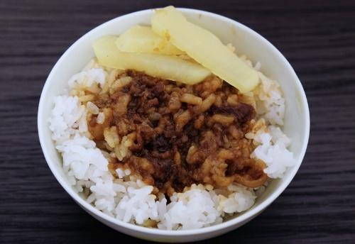 鬍鬚張魯肉飯のレトルト(通販で購入できるのは具のみ。タクアンとごはんは自前)。台湾の食堂で食べる魯肉飯は25~30元程度だという(1元=約3.63円。2017年1月26日現在)