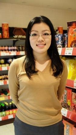 台北出身の朱さん。池栄青果では商品の仕入れや企画を務める。「店では代表的な料理を食べてもらいたいと魯肉飯と水餃子をおいています」