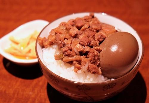 台灣物産館の魯肉飯。魯肉飯には漬け物が添えてあることが多く、また、煮卵のトッピングもポピュラーとか