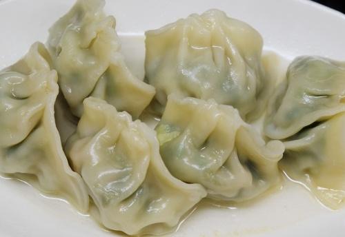 錢爺の水餃子はタレをつけず、お好みで自家製の麻辣油を。水餃子は台湾に限らず、中国本土でもよく食べられている