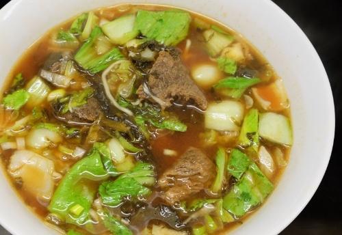 台湾の牛肉麺はもっとサイズが小さいと錢さん。牛肉を置かない店が多いこともあり、牛肉麺は専門店が充実している