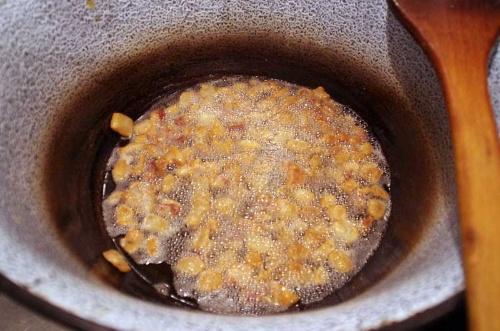 テペルトゥやスープをつくるには欠かせないとアティラさんがハンガリーから持ってきたホーロー鍋で調理