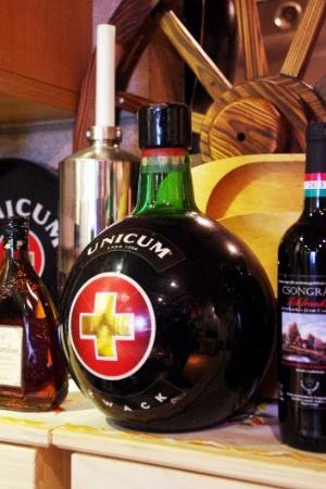 食前酒にパーリンカ、食事中にワインを飲むハンガリー人。胃を休めるために、最後に飲むのがこのウニクムというハーブのリキュール。しかし、これも40度ほどある