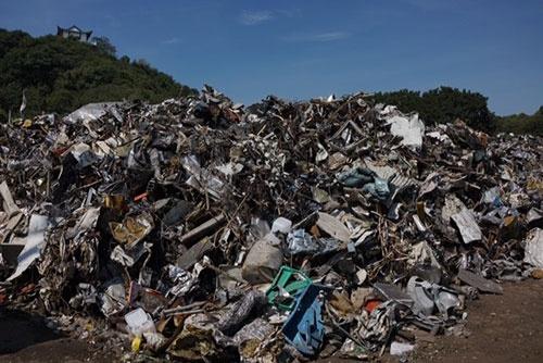 日本から中国に輸出された雑品スクラップ。分別が粗く、プラスチックが混在している