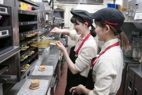 日本マクドナルドが採用強化のために始めた「クルー体験会」。ハンバーガーやドリンクの製造などを実際に体験してもらう
