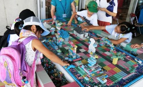 花王は使用済み容器の回収・リサイクルにも力を注ぐ。再生材で作ったブロックを組み上げる宮城県石巻市の子どもたち