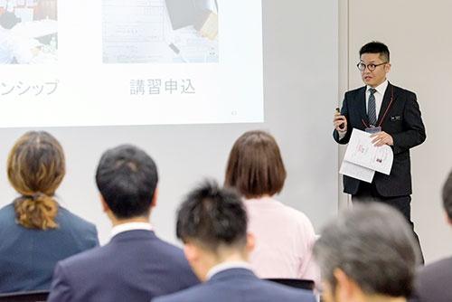 総務部の兼田さんは、会社全体に関わる総務の仕事内容や働き方改革を紹介。総務部の仕事には自社の営業車を洗う仕事があって、これが総務スタッフのリフレッシュになると、学生の話題になりそうなシーンも盛り込んだ