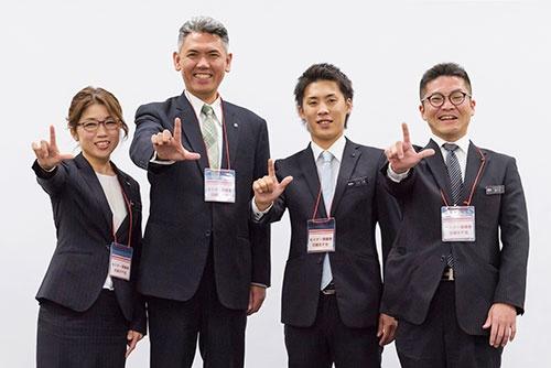 ラックスでは、山田社長(左から2人目)もリクルートチームに参加。各部門の若手と採用力アップに挑んだ。欲しい人材像を明確化する過程で、自分たちの会社、自分たちを見つめ直すこともできたという