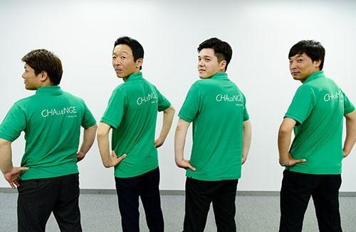 セイフルは採用のために新調した緑のポロシャツで登場。背中にはCHALLENGEの文字。「挑戦しながら会社をより良く変えていきたい」という思いが込められているという