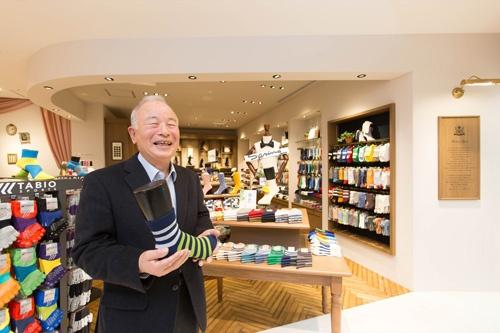 <b>おち・なおまさ</b><br /> 1939年愛媛県生まれ。中学卒業後、大阪の靴下問屋に丁稚奉公。68年に独立し、ダンソックス(現タビオ)を創業。靴下の卸売りを始める。82年に小売りに進出。84年に「靴下屋」1号店をオープンすると同時にフランチャイズチェーン展開を開始。92年協力工場を束ね、協同組合靴下屋共栄会を設立。バブル崩壊以後、同業他社が次々と中国へ生産拠点を移す中、メード・イン・ジャパンにこだわり、その品質の高さと独自の生産・販売管理システムでタビオを靴下のトップブランドに育て上げる。2000年大証2部に上場。02年英ロンドンに海外初となる店舗を出店。08年から会長(写真:太田未来子)