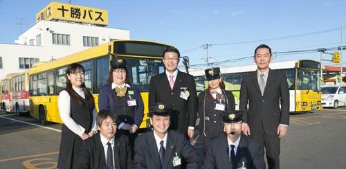 野村社長(中央)と十勝バスの社員たち(写真:吉田サトル)