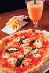 「ナポリス」の集客の目玉だったピザ。最も安い「マルゲリータ」は350円だった(写真:室川イサオ)