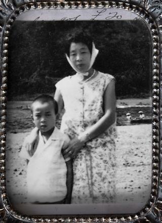 幼少時代の三森久実と、母・喜美子。父はこの写真の存在を私たち家族にも話さず、財布の奥に大切にしまっていた