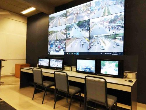あちこちのスマートシティプロジェクトで導入されているコマンドコントロールセンター。写真は、警察などに向けた教育を行うNPO法人、IRTE(Institute of Road Traffic Education)の例。街中のカメラで収集した交通情報の、分析・活用が予定されている
