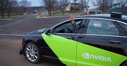 米エヌビディアの自動運転試作車「BB8」。テストドライバーは時折、サンルーフからわざと両手を出していた