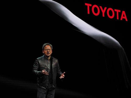 5月10日の会見でトヨタ自動車との提携を発表するエヌビディアCEOのジェンスン・フアン氏(写真:林 幸一郎)