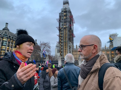 15日の英国会議事堂前では、EU離脱派と残留派がそれぞれの主張を叫び、所々で論戦となっていた。写真は論戦が始まったところで、左の女性が離脱派、右の男性が残留派