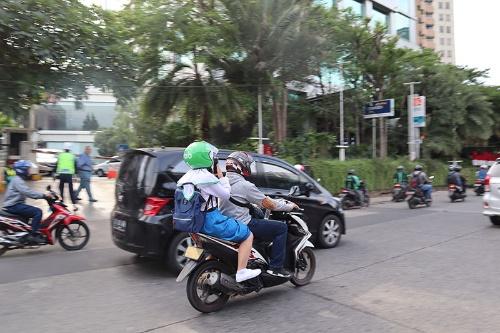 ライドシェア・配車サービスは東南アジアで市民の足として定着している(写真はインドネシアのグラブのドライバーと利用者)