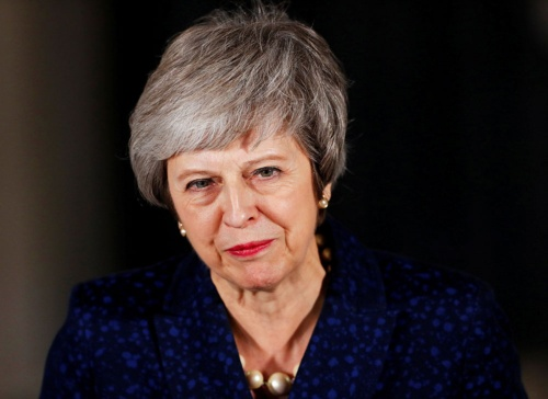 英国のEU離脱は解決策が全く見えていない。メイ首相は、議会で総スカンを食らっているが、政権交代を恐れる保守党の支持で、不信任案は否決された(写真:ロイター/アフロ)