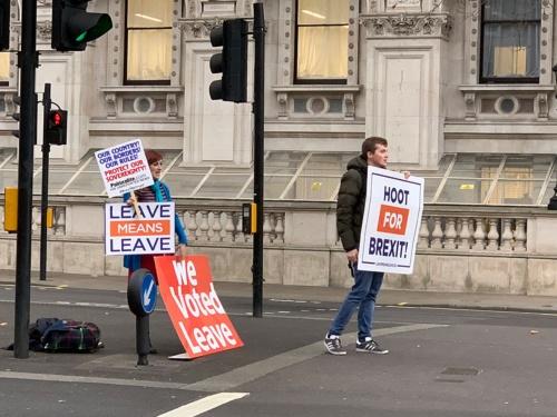 英首相官邸の近くで、EU離脱を主張する人たち