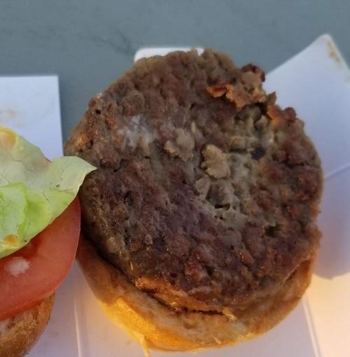 代用肉の米インポッシブル・フーズのパテを使ったハンバーガー