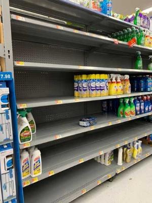 消毒用のスプレーなどが完売した、シリコンバレーのウォルマート店舗