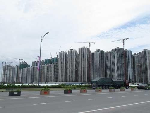 中国の大手デベロッパーがマレーシアのジョホール州で開発を進める「フォレストシティー」。殺風景な原野にビルが乱立している