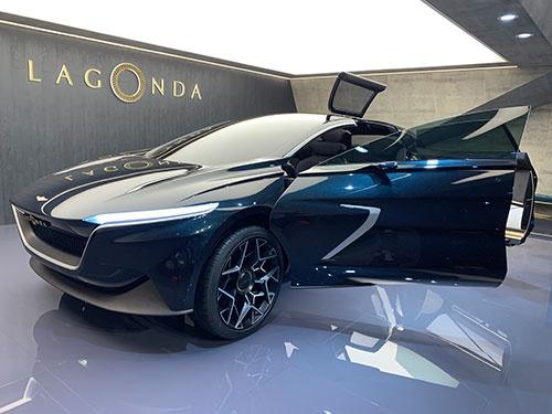3月のジュネーブモーターショーに出展したアストンマーチンの新型EV「ラゴンダ」。100年以上前に創業した名門自動車メーカー、英ラゴンダ社のブランドを用いた。2022年から生産予定