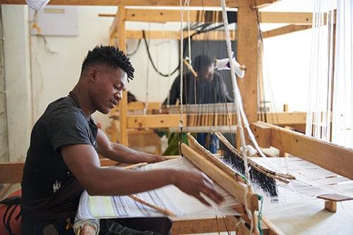 靴のアッパー部分は織機で織り上げていく