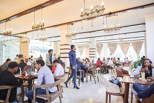 アレム氏が経営するカフェ「ガーデン・オブ・コーヒー」。夕方から夜にかけて広い店内の座席は満席になる
